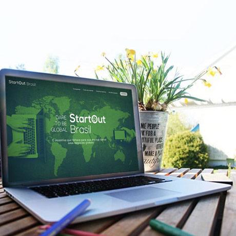 Um notebook mostrando o site do projeto